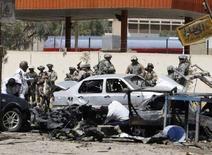 <p>Американские и иракские военные собираются у места взрыва в Багдаде, 14 апреля 2008 года. По меньшей мере 25 человек погибли и 60 были ранены в иракском городе Бакуба в результате взрыва бомбы, заложенной в автомобиль. (REUTERS/Mahmoud Raouf Mahmoud)</p>