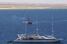 <p>Lo yacht francese Ponant, abbordato dai pirati al largo della Somalia, nel momento in cui il 12 aprile scorso è stato raggiunto dalle truppe francesi. REUTERS/ECPAD/Sergent Dupont Sebastien/Handout (SOMALIA)</p>