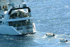 """<p>Вооруженные пираты (слева) на верхней палубе захваченной ими у побережья Сомали яхты """"Ponant"""" 4 апреля 2008 года. Число случаев морского пиратства возросло на 20 процентов в первом квартале 2008 года, а воды Нигерии стали наиболее опасным местом, сообщило Международное морское бюро (IMB) в ежегодном докладе. (REUTERS/French Defence Ministry/Handout)</p>"""