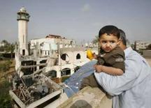 <p>Israel mata 14 palestinos após 3 soldados morrerem em emboscada. Mesquita danificada por tropas israelenses é vista de um telhado em Gaza. Soldados israelenses mataram 14 palestinos, a maior parte deles civis, na Faixa de Gaza na quarta-feira. 16 de abril. Photo by Suhaib Salem</p>