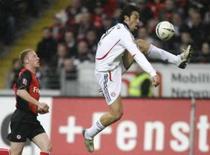 <p>Com 2 gols de Toni, Bayern vence e fica perto do título alemão. O atacante italiano Luca Toni marcou duas vezes para ajudar o Bayern de Munique a conseguir uma vitória por 3 x 1 contra o Eintracht Frankfurt e garantir mais um passo na campanha para o 21o título alemão do time. 16 de abril. Photo by Kai Pfaffenbach</p>