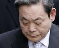 <p>Le patron de Samsung, Lee Kun-hee, l'un des hommes d'affaires les plus puissants de Corée a été inculpé d'évasion fiscale et d'abus de confiance. /Photo prise le 11 avril 2008/REUTERS/Lee Jae-Won</p>