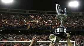 """<p>Игроки """"Валенсии"""" держат завоеванный Кубок Испании на фоне ликующих трибун в Мадриде 16 апреля 2008 года. """"Валенсия"""" стала обладателем Кубка Испании по футболу в среду вечером. (REUTERS/Juan Medina)</p>"""