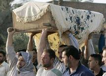 <p>Церемония похорон погибших в результате взрыва в Багдаде 24 марта 2008 года. Как минимум 49 человек погибли в результате подрыва взрывного устройства экстремистом-смертником на церемонии похорон недалеко от города Киркук, сообщила полиция. (REUTERS/Thaier al-Sudani)</p>