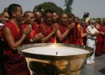 <p>Monges tibetanos exilados  rezam ao lado de sua 'tocha olímpica' em 'revezamento alternativo' de protesto em Nova Délhi. Na China, cerca de vinte deles foram presos por sua participação em protestos pró-Tibet em fevereiro e março. Photo by Tanushree Punwani</p>