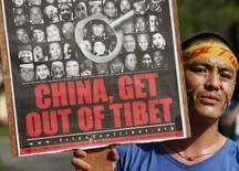<p>Exilado tibetano protesta em Kolkata, na Índia, às vésperas do revezamento da tocha Olímpica pelo país, em 17 de abril.  A mensagem diz: 'China, saia do Tibet'. Photo by Parth Sanyal</p>