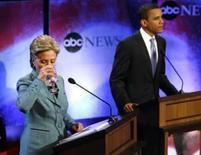<p>Os pré-candidatos democratas à presidência dos EUA, Hillary Clinton (esquerda) e Barack Obama, na FIladélfia. Os EUA deveriam oferecer proteção contra o Irã a países do Oriente Médio que abram mão de ter armas nucleares, sugeriu Hillary. Photo by Tim Shaffer</p>