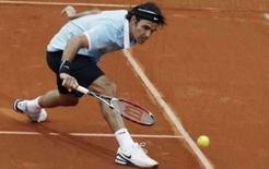 <p>O tenista suíço Roger Federer devolve bola durante partida pelo Aberto de Estorial, em Lisboa. A insistente chuva não impediu o número um do mundo Roger Federer de avançar para as quartas-de-final do Torneio de Estoril, nesta quinta-feira, com uma vitória por 6-3 e 6-2 sobre o romeno Victor Hanescu. Photo by Nacho Doce</p>