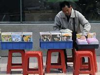 <p>Un vendedor ordena DVD pirateados en Hefei, 17 abril 2008. China, donde en cada esquina se venden DVD y artículos de diseño falsos, ha hecho grandes progresos en la lucha contra la piratería, pero la gente aún no tiene mucha conciencia del problema, dijeron funcionarios el jueves. Según la Organización para la Cooperación y el Desarrollo Económico (OCDE), el comercio de objetos pirateados ha alcanzado los 200.000 millones de dólares al año, lo que equivale al 2 por ciento del comercio mundial, y muchos productos proceden de China. Photo by Jianan Yu/Reuters</p>