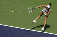 <p>Россиянка Вера Звонарева на турнире Pacific Life Open в Калифорнии 20 марта 2008 года. Российская теннисистка Вера Звонарева вышла в 1/4 финала турнира Family Circle Cup. (REUTERS/Danny Moloshok)</p>