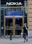 <p>Una tienda de Nokia en Helsinki, 17 abril 2008. Nokia, el mayor fabricante mundial de teléfonos móviles, reportó el jueves un aumento de sus ganancias del primer trimestre que se ubicó en línea con las previsiones de los analistas, impulsado por la sólida demanda de equipos más baratos en mercados emergentes. Nokia Oyj dijo que aún esperaba que la industria de los teléfonos móviles creciera alrededor de un 10 por ciento en volumen en el 2008. Photo by Bob Strong/Reuters</p>