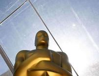 <p>Foto de archivo de una estatua de la premiación de los Oscar, en Hollywood. Microsoft Corp. dijo el jueves que ha vendido 262.000 consolas Xbox 360 en Estados Unidos en marzo, retomando su liderazgo frente a la PlayStation 3 de Sony al aliviarse los problemas de abastecimiento. 'Dijimos que cuando el asunto del suministro se acabara volveríamos a escena', declaró el portavoz de Microsoft David Dennis. Photo by Lucas Jackson/Reuters</p>