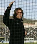 <p>Zagueiros do Milan Paolo Maldini conversa com torcedores atrás de uma grade em foto de arquivo de novembro de 2007. Maldini, que cogita aposentar-se do esporte no final da temporada, sofreu uma contusão na coxa esquerda. Photo by Alessandro Garofalo</p>