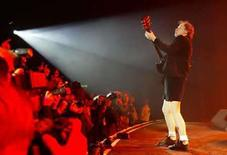 <p>Foto de archivo del guitarrista de la banda australiana AC/DC Angus Young. La banda rockera australiana AC/DC lanzará su primer álbum desde el 2000 este año, según un anuncio publicado el viernes en la página de internet del grupo (http://www.acdc.com). Los rockeros que llegaron al Hall de la Fama están trabajando en un proyecto sin título en Vancouver con el productor Brendan O'Brien, quien ha grabado con estrellas como Pearl Jam y Bruce Springsteen. Photo by Toby Melville/Reuters</p>