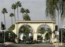 <p>An entrance at Paramount Pictures studios is seen in the Hollywood portion of Los Angeles, California, November 4, 2007. REUTERS/Danny Moloshok</p>