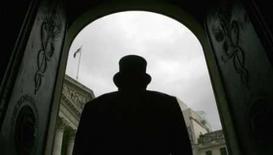 <p>Segurança guarda porta do Banco da Inglaterra, em 25 de março de 2008. O Banco da Inglaterra está oferecendo trocar títulos do governo avaliados em 50 bilhões de libras (100 bilhões de dólares) por títulos hipotecários dos bancos, de risco maior. Photo by Luke Macgregor</p>