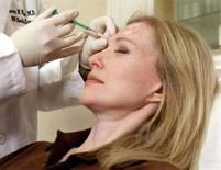 <p>Una donna riceve un'iniezione di Botox, in una foto d'archivio scattata in una clinica di New York. REUTERS/Peter Morgan</p>