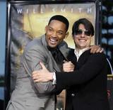<p>Os atores norte-americanos Will Smith (esquerda) e Tom Cruise em imagem de arquivo. O filho de 13 anos de Tom Cruise, Connor, prepara-se para seguir o caminho de seu pai: vai estrear no cinema com um papel no drama de Will Smith 'Seven Pounds'. Photo by Chris Pizzello</p>