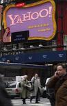 <p>El letrero de Yahoo en Times Square en Nueva York , 7 abr 2008. La empresa de internet Yahoo Inc sigue conversando con el grupo de medios News Corp y, por separado con su rival Time Warner Inc, para una posible oferta que enfrente a una propuesta del fabricante de software Microsoft por 43.000 millones de dólares, dijeron fuentes cercanas. De manera separada, News Corp sigue tratando de llegar a una oferta conjunta con Microsoft Corp para comprar a Yahoo, dijo una fuente. Photo by Joshua Lott/Reuters</p>