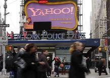 <p>El letrero de Yahoo en Times Square en Nueva York. La empresa de medios de internet Yahoo Inc reportó el martes una ganancia del primer trimestre mayor a la esperada, mientras busca defenderse de una oferta de adquisición de Microsoft Corp o al menos forzarla a mejorar su propuesta. Pese a superar las expectativas de ganancias antes de ítemes especiales, los resultados no convencieron inmediatamente al mercado de que la oferta no solicitada de Microsoft minusvalorara a la asediada empresa de internet. Photo by Joshua Lott/Reuters</p>