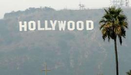 <p>El letrero de Hollywood en Los Angeles, California. El Sindicato de Actores de Cine y Televisión y estudios Hollywood acordaron el miércoles extender las negociaciones de contrato a una tercera semana, lo que daría tiempo para cerrar lo que los estudios dijeron eran 'brechas significativas' entre ambas partes. Al igual que los guionistas que realizaron una huelga de 100 días para lograr un acuerdo con los estudios en febrero, los actores están buscando una mayor participación en las ganancias de la distribución de obras por internet. Photo by Danny Moloshok/Reuters</p>