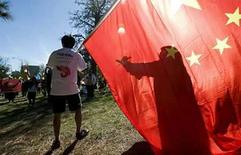 <p>Manifestantes a favor de China caminan cerca del área del traslado de la antorcha olímpica en Canberra, 24 abr 2008. En la mayor manifestación en favor de Pekín durante el recorrido de la antorcha olímpica, más de 10.000 chinoaustralianos se reunieron el jueves en Canberra, inundando la capital con un mar de banderas rojas y ahogando a quienes protestaban en favor del Tíbet. Las protestas y los operativos de seguridad han seguido a la antorcha en su recorrido por el mundo durante el último mes, lo que ha puesto en el centro de atención a las políticas locales e internacionales de China antes de los Juegos Olímpicos de agosto. Photo by Stringer/Australia/Reuters</p>