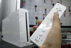 <p>La tecnológica japonesa Nintendo anunció el jueves que sus utilidades saltaron un 40 por ciento en el cuarto trimestre fiscal, al aprovechar la fuerte demanda de sus consolas Wii y DS en Europa y Estados Unidos, pero auguró un modesto crecimiento del 9 por ciento para este año. Nintendo indicó que sus ganancias operacionales aumentaron a 93.200 millones de yenes (900 millones de dólares) en el trimestre, lo que superó ampliamente el promedio de estimaciones de Reuters Estimates de 82.000 millones de yenes. Photo by Yuriko Nakao/Reuters</p>