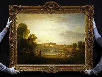 <p>Trabajadores de Sotheby's sostienen la obra 'Pope's Villa at Twickenham' de J.M.W. Turner en Londres, 24 abr 2008. La pintura de un paisaje de campiña del maestro británico JMW Turner, propiedad de una misma familia en los últimos 180 años, saldrá a la venta en julio con un precio inicial 5 millones de libras esterlinas (unos 6,2 millones de euros), pero no se sabe a cuánto llegará la puja. 'La Villa de Pope en Twickenham' es una de las primeras pinturas que Turner hizo tras ser elegido profesor de perspectiva en la prestigiosa Royal Academy (Academia Real) en 1807. Photo by Alessia Pierdomenico/Reuters</p>