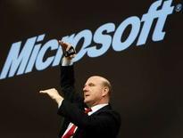 <p>Le directeur général de Microsoft, Steve Ballmer. La firme de Redmond a fait état de prévisions pour le trimestre en cours dans le bas des attentes de Wall Street, ce qui a fait chuter l'action dans les transactions hors marché. /Photo prise le 9 mars 2008/REUTERS/Christian Charisius</p>