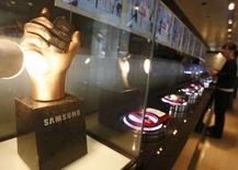 <p>Samsung Electronics, premier fabricant mondial de mémoires, a dépassé les attentes du marché avec la publication d'une hausse de 37% de son bénéfice trimestriel, imputable à d'excellentes performances dans le secteur des écrans plats et des combinés téléphoniques /Photo d'archives/REUTERS/Lee Jae-Won</p>