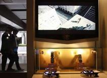<p>Des écrans plats et combinés mobiles Samsung, au siège de la société à Séoul. Samsung Electronics, premier fabricant mondial de panneaux LCD de grande taille, a annoncé qu'il construirait une nouvelle ligne de production LCD dans le cadre de sa coentreprise avec Sony. /Photo prise le 25 avril 2008/REUTERS/Lee Jae-Won</p>
