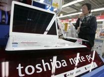 <p>Le groupe d'électronique japonais Toshiba annonce une chute moins marquée que prévu de 95% de son bénéfice trimestriel, sous le coup de l'effondrement du prix des mémoires flash, tout en disant prévoir des résultats inchangés pour l'année qui vient de commencer. /Photo prise le 25 avril 2008/REUTERS/Yuriko Nakao</p>