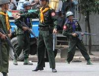 <p>Солдаты на улицах Янгона 27 сентября 2007 года. Европейский Союз на следующей неделе выступит с призывом ввести международный запрет на продажу вооружений военной хунте Мьянмы и предупредит о возможности ужесточения санкций в случае, если в стране не перестанут нарушаться права человека. (REUTERS/Mandalay Gazette)</p>