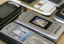 <p>Les fabricants de téléphones portables ont vu leurs ventes progresser de 14% au cours du premier trimestre 2008 par rapport à la même période de 2007, enregistrant leur croissance la plus forte en cinq trimestres. /Photo d'archives/REUTERS/Michaela Rehle</p>