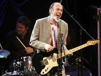 <p>Mick Jones, ex integrante del grupo punk The Clash, se presenta con Carbon/Silicon en Los Angeles , 24 abr 2008. El arresto de un estudiante universitario que fue aturdido con una pistola de electricidad, infame incidente ocurrido el año pasado y que fue publicado en internet, será revivido por el roquero Mick Jones (en la foto), ex integrante de la banda The Clash. Jones dijo el miércoles a Reuters que escribió una canción titulada con la notoria frase '¡No me electrocutes, hermano!', para el segundo álbum de Carbon/Silicon, la banda que formó junto a otro veterano del punk, Tony James. Photo by Mario Anzuoni/Reuters</p>