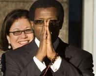 <p>Imagem de arquivo do ator Wesley Snipes chegando ao tribunal federal dos EUA, em Ocala, Flórida. Snipes, astro dos filmes 'Blade,' afirmou estar  'muito arrependido' após receber sentença de 3 anos de prisão por ter não declarar renda entre 1999 e 2001. Photo by Scott Audette</p>