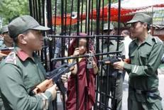 <p>Na Índia, tibetanos exigem que China liberte Panchen Lama. Manifestantes encenam captura do Panchem Lama na Índia. Milhares de exilados tibetanos realizaram uma passeata para exigir a libertação do Panchen Lama, a segunda maior autoridade do budismo tibetano, mantido prisioneiro pela China desde 1995, segundo afirmam. 25 de abril. Photo by Stringer</p>