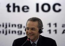 <p>O presidente do Comitê Olímpico Internacional (COI), Jacques Rogge, sorri durante conferência em Pequim, dia 11 de abril. O Ocidente precisa parar de intimidar a China acerca dos direitos humanos, afirmou o presidente do Comitê Olímpico Internacional (COI), Jacques Rogge, em entrevista. Photo by Jason Lee</p>