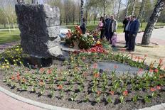 <p>Жители Минска возлагают цветы у памятника жертвам Чернобыльской аварии 26 апреля 2008 года. В Минске около 2.000 человек приняли участие в традиционной акции протеста оппозиции Чернобыльский шлях, посвященной 22 годовщине аварии на Чернобыльской атомной станции. (BELARUS)</p>