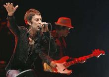 <p>Richard Ashcroft (L) and bassist Simon Jones of British band The Verve performs at the Coachella Music Festival in Indio, California April 25, 2008. REUTERS/Mario Anzuoni</p>