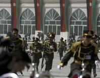 """<p>Афганские военные во время покушения на президента страны Хамида Карзая в Кабуле 27 апреля 2008 года. Боевики экстремистского движения """"Талибан"""" совершили попытку покушения на президента Афганистан Хамида Карзая, обстреляв его на военном параде в столице страны в воскресенье. (REUTERS/Omar Sobhani)</p>"""