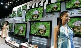 <p>Des téléviseurs à écran plat de la gamme Viera. La maison-mère de Panasonic, Matsushita Electric Industrial, espère porter ses ventes mondiales de téléviseurs à écran plat à 11 millions d'unités au cours de l'année à mars 2009, soit une hausse de plus de 40% par rapport à l'année précédente. /Photo d'archives/REUTERS/Yuriko Nakao</p>