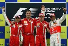 <p>O piloto da Ferrari Felipe Massa, o diretor técnico da equipe Aldo Costa, o piloto Kimi Raikkonen, também da Ferrari e Lewis Hamilton da McLaren, no pódio após o GP da Espanha de F1. O atual campeão do mundo Kimi Raikkonen, ampliou sua vantagem na liderança do campeonato mundial de F1com uma vitória no GP da Espanha, neste domingo. Photo by Albert Gea</p>