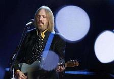 <p>File photo shows singer and songwriter Tom Petty performing during the half time show of the NFL's Super Bowl XLII football game between the New England Patriots and the New York Giants in Glendale, Arizona February 3, 2008. REUTERS/Lucy Nicholson</p>