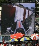 <p>Telão do Circuito da Catalunha exibe momento do acidente do piloto da McLaren Heikki Kovalainen durante o GP da Espanha de F1, em Barcelona, no domingo. Photo by Gustau Nacarino</p>