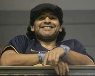 <p>El ex astro del fútbol mundial Diego Maradona (en la foto) aceptó una invitación del capitán de la Roma, Francesco Totti, y del cantante italiano Eros Ramazzotti para jugar un partido benéfico en el estadio Olímpico de Roma el 12 de mayo, informó el martes la prensa local. Maradona integrará el equipo de las celebridades, que se medirá con un conjunto de cantantes italianos, dijo La Gazzetta dello Sport. Photo by Marcos Brindicci/Reuters</p>