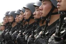 <p>Membros chineses da SWAT seguram suas armas durante treinamento para os Jogos de Pequim, nesta terça-feira. Na quarta-feira, faltarão 100 dias para o começo do evento esportivo. Photo by Claro Cortes Iv</p>