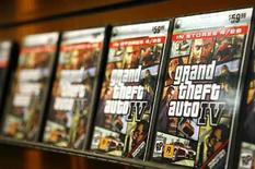 """<p>""""Grand Theft Auto 4' salió a la venta el martes de madrugada, con aficionados haciendo cola frente a las tiendas para hacerse con una copia del videojuego de acción y delincuencia aclamado como una obra maestra satírica y brutal equivalente a filmes como 'El Padrino'. Minoristas como GameStop y Best Buy Co Inc llevan semanas tomando reservas para el juego, disponible para la PlayStation 3 de Sony y para la Xbox 360 de Microsoft, y muchas tiendas abrieron sus puertas a medianoche para recibir a los aficionados ansiosos por ser los primeros en jugar. Photo by Lucas Jackson/Reuters</p>"""