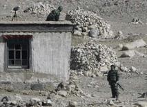 <p>Segurança armado protege o acampamento base do Monte Everest, na Região Autônoma do Tibete, nesta terça-feira. Photo by David Gray</p>