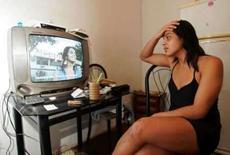 <p>André Luiz Ribeiro Albertino vê, nesta terça-feira, reportagem na televisão sobre o incidente em que se envolveu com o jogador de futebol Ronaldo em um motel do Rio de Janeiro, na segunda-feira. Photo by $Byline$</p>